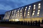 Офис VELUX в Словении. Мансардные окна объединены в шестнадцать вертикальных рядов, прошивающих стены от пола второго этажа до потолка третьего, и все внутреннее пространство во власти солнца и света.
