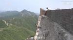 Великую Китайскую стену ремонтируют по старинке: бетонные плиты и цемент подвозят на лошадях, строители работают почти без страховки