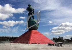 Скульптурная композиция на площади стадиона «Открытие Арена»