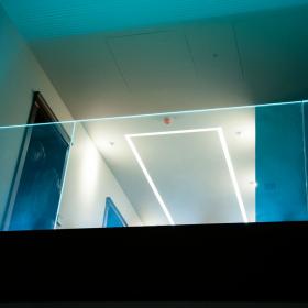 Стеклянные ограждения из триплекса с подсветкой в интерьере загородного дома КП «ИмпериалЪ»