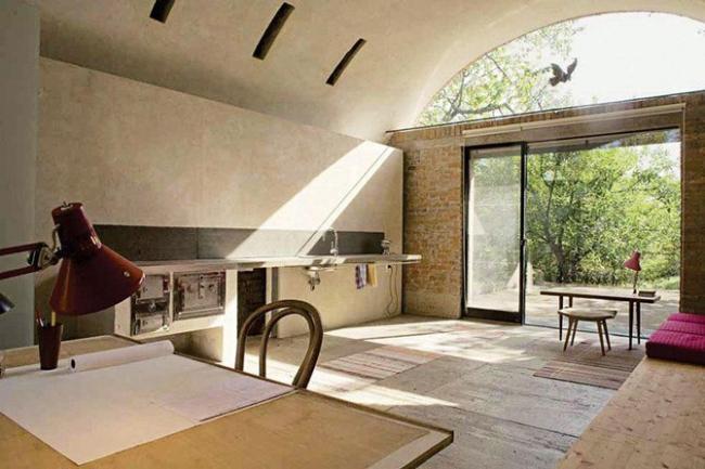 Победитель номинации «Перепланировка» - архитектурная мастерская из руин. Архитектор Pavol Panak (Братислава, Словакия).