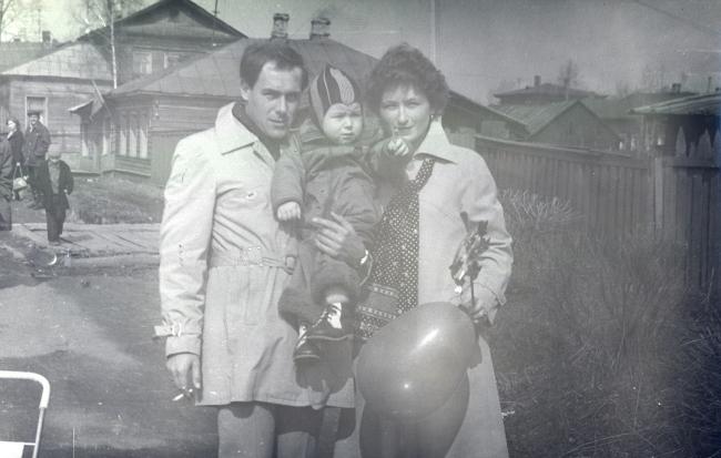Саша Дуднев на руках у родителей. Центр Вологды – еще почти весь деревянный