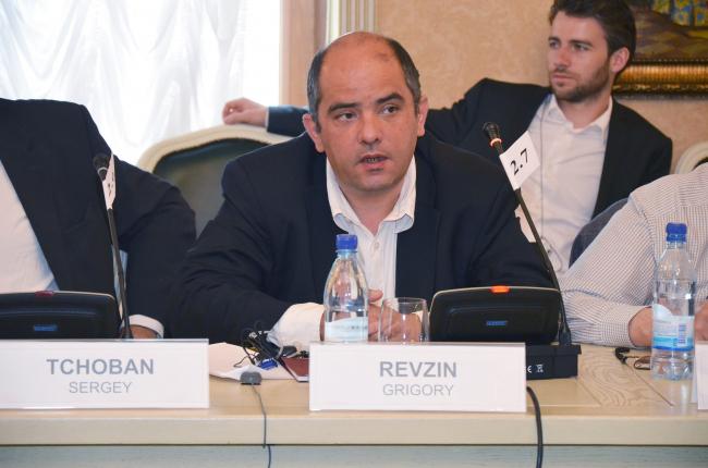 Григорий Ревзин рассказывает членам Градсовета о концепции экспозиции российского павильона на 13 Международной Биеннале архитектуры в Венеции