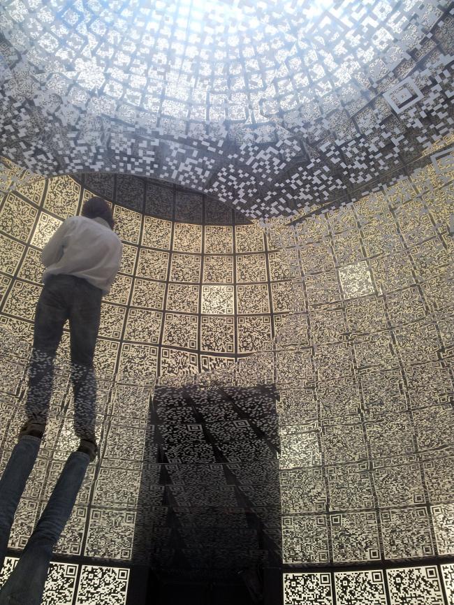 Отражение купола в полу центрального зала павильона. Фотография Елены Сычевой