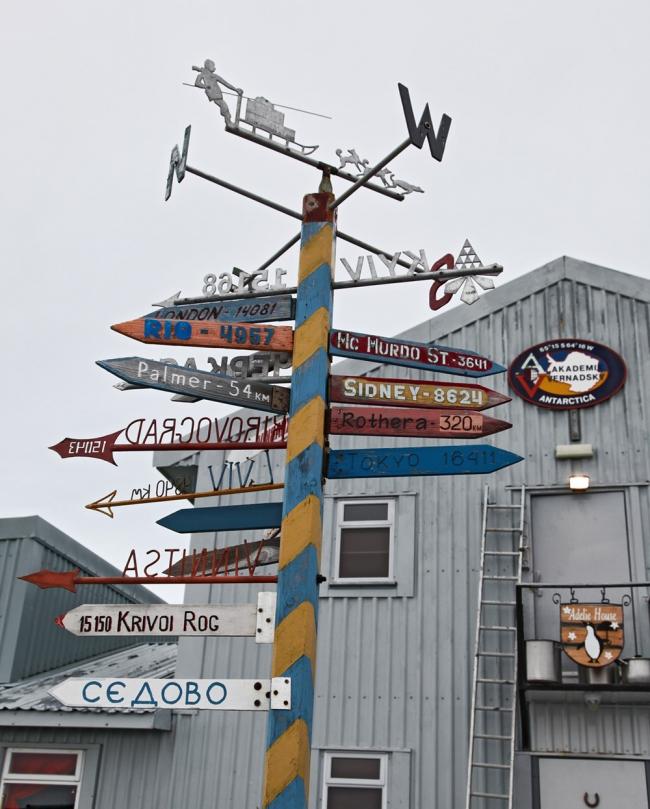 Верстовой столб на украинской исследовательской станции «Вернадский» в Антарктиде. Фото С. Шестакова
