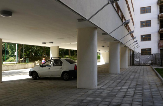 Спальный блок: квадратные колонны заменены на овальные. Фотография Е.Шорбан, 2013