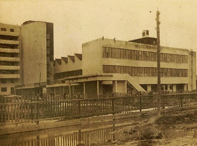 Дом-коммуна. Справа общественный блок,  слева объем пандуса. Архивная фотография, предоставлена Е. Шорбан