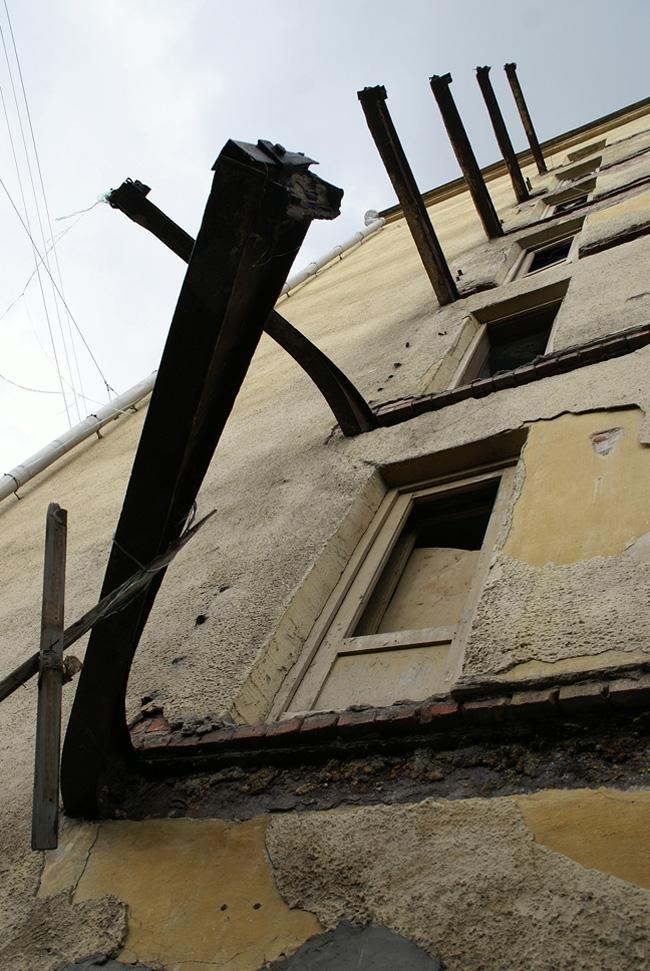 Спальный блок, внешний фасад. Срезка балконов. Фотография А.Яковлева, 2007