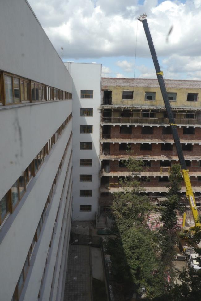 Вид на средний корпус с новыми бетонными панелями балконов. Фотография Е.Шорбан, 2013