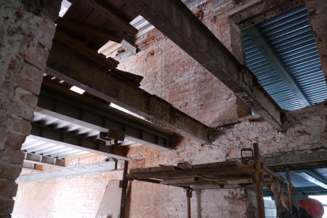 Средний корпус, остатки подлинных металлических  балок справа и новые слева. Фотография Е.Шорбан, 2013