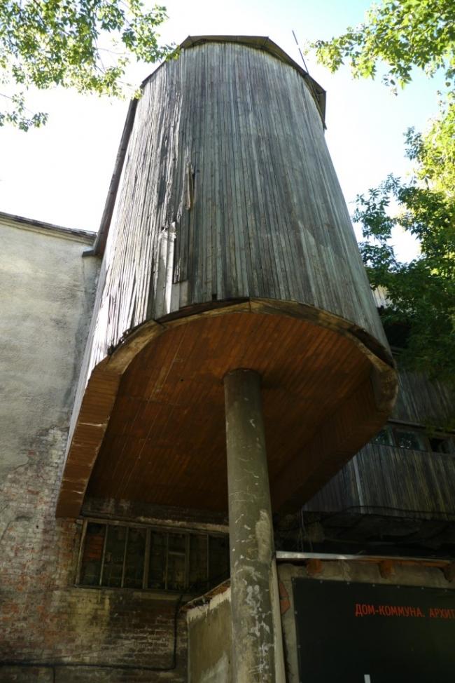 Общественный блок, фрагмент заднего фасада, обшивка из лиственницы. Фотография Е.Шорбан, 2013