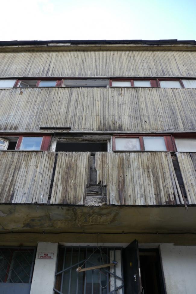 Общественный блок, уникальная обшивка из лиственницы. Фотография Е.Шорбан, 2013