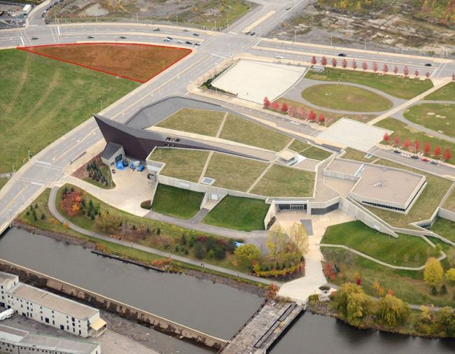 Вид участка для строительства (выделен красным). На первом плане - Военный музей  © Government of Canada