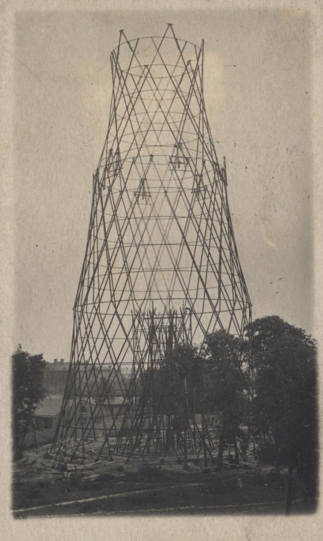 Фотография Шуховской башни, сделанная весной 1921 года, до аварии при монтаже. Здесь видно, что по первому проекту конструкция была гораздо легче –  вдвое меньше опорных стоек в 3 секции.