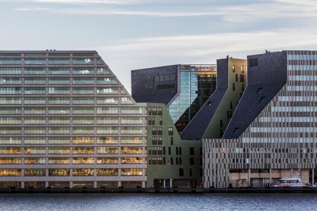 Комплекс IJdock. Жилой корпус бюро Zeinstra van Gelderen. Справа - офисный корпус тех же авторов  © Wouter Rietberg flickr.com