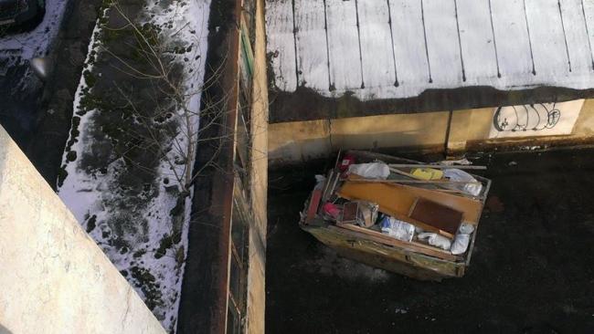 Мусорный контейнер во дворе дома Наркомфина. Фотография Наталии Меликовой, 2014