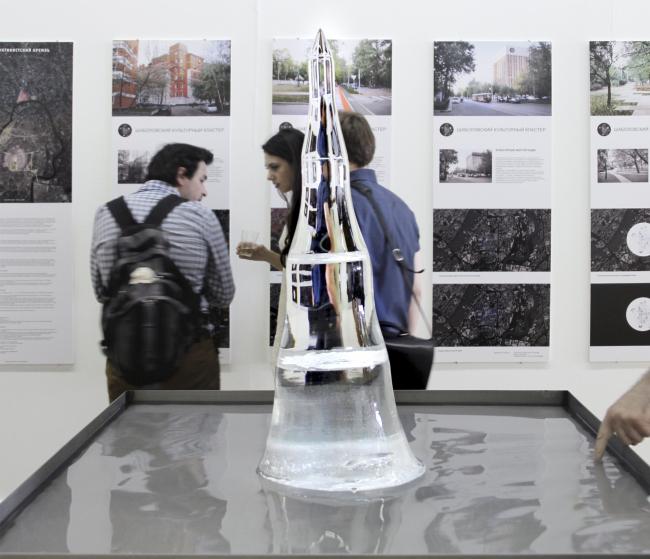 Инсталляция «Тающая башня» Андрея и Никиты Асадовых плавилась в течение первого дня работы выставки, символизируя то, как башня сейчас исчезает почти буквально на глазах; на второй день от башни осталась только вода. Фотография Юлии Тарабариной