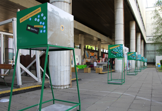 Конкурс Двор архитектора во дворе ЦДХ (часть проекта GardenФест): коробки с отверстием, через которое можно увидеть проект благоустройства двора внутри. Фотография Юлии Тарабариной