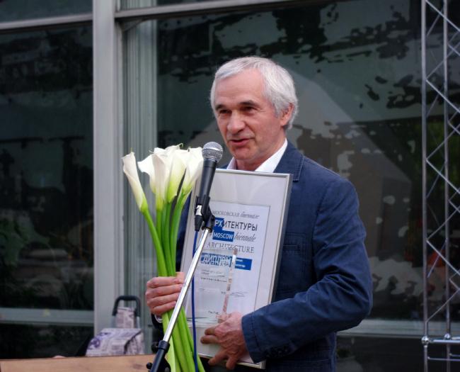 Раис Баишев получает награду Александра Скокана, названного архитектором года. Фотография Аллы Павликовой