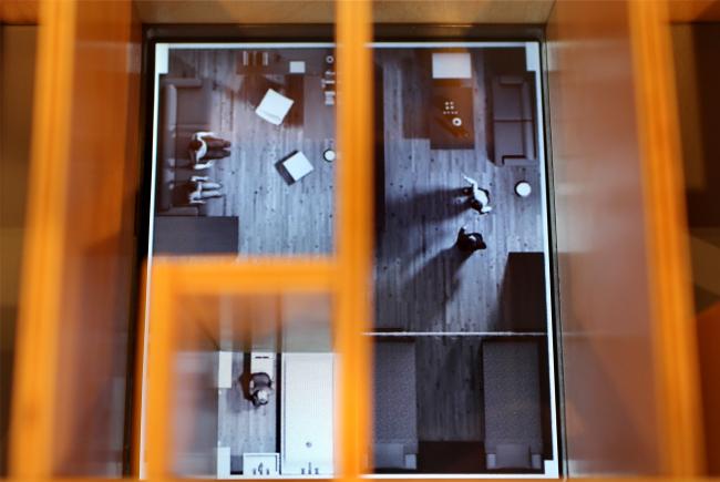 Стенд New Byt Lab, где на макете можно наблюдать за жизнью людей в квартирах. Фотография Юлии Тарабариной