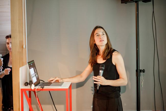 Дебора Меса читает лекцию в институте