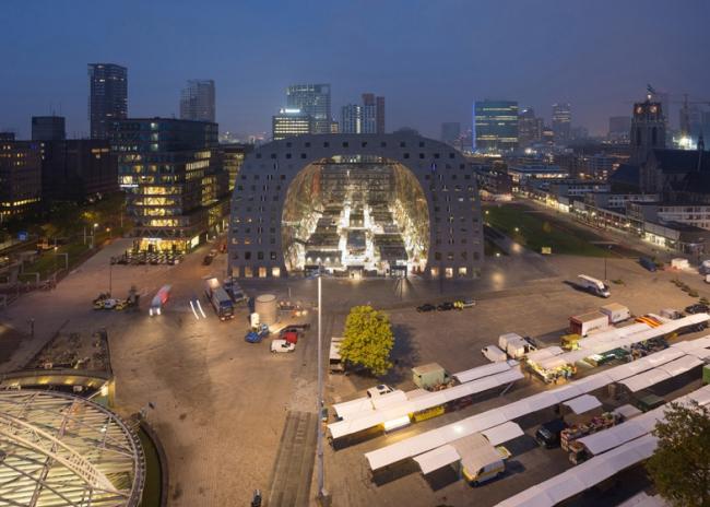 Фото крытого рынка в Роттердаме Markthal с высоты