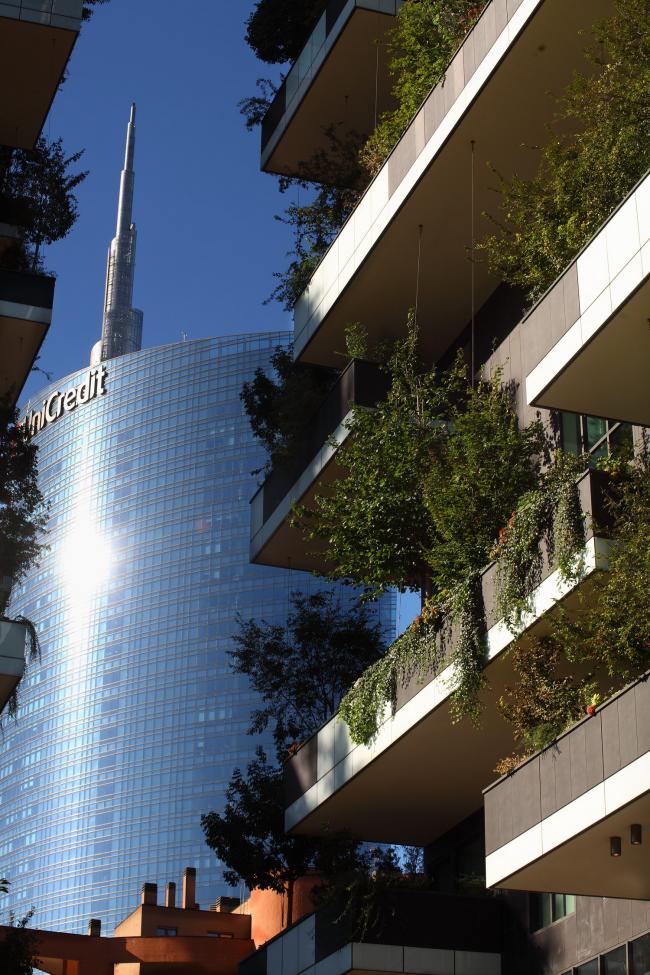 Растения на фасадах Bosco Verticale в Милане