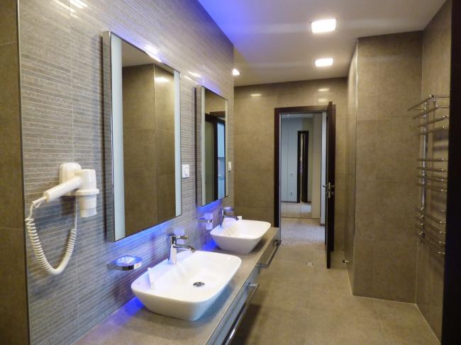 Апарт-отель «Величъ». Ванная комната номера люкс © Архитектурная  мастерская Грошева Юрия