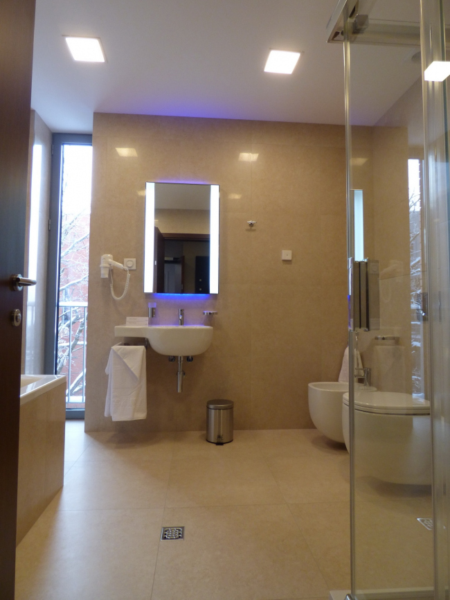 Апарт-отель «Величъ». Ванная комната с окном © Архитектурная  мастерская Грошева Юрия