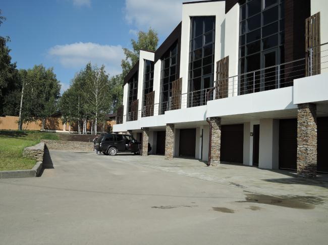 Таунхаус в поселке «Карпов пруд». Фасад с уровня парковки. Фото: Качаев П.В.