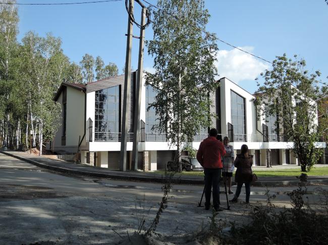 Таунхаус в поселке «Карпов пруд». Фасад ¾. Фото: Качаев П.В.