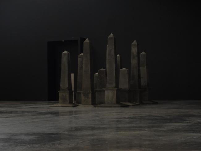 DRAMATIS PERSONÆ, Инсталляция на выставке «Фантомные монументы», совместно с А.Ратафьевой, ЦСК Гараж. 2011. Фотография предоставлена К. Ассом