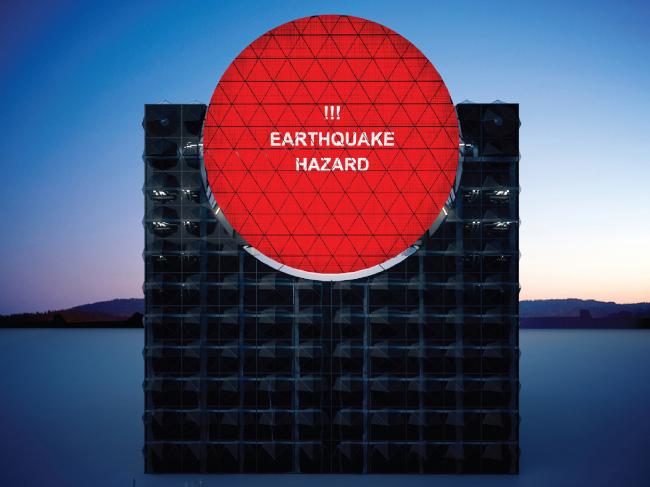 Life Cubе. Фасад с красным экраном, предупреждающий о высшей степени опасности, надвигающейся на город © Анна Балдина