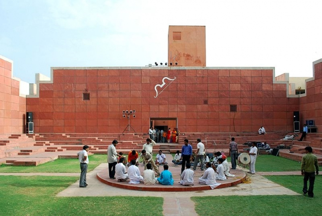 Центр «Джавахар Кала Кендра» в Джайпуре. 1993. Фото: Sanyam Bahga. Лицензия: Creative Commons Attribution-Share Alike 3.0 Unported