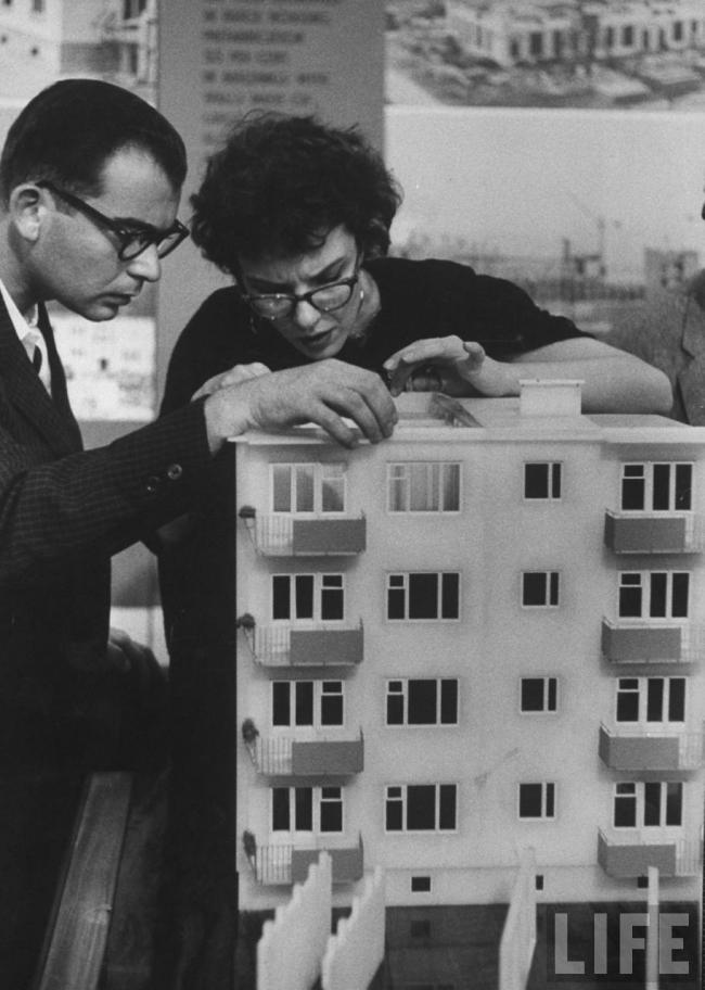 Выставка достижений советской науки, техники и культуры в Нью-Йорке. Посетители изучают макет новейшего панельного дома. 1959