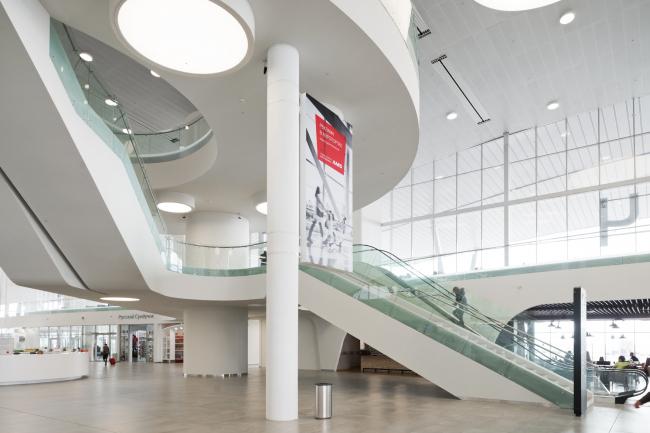 Интерьер нового терминала международного аэропорта Курумоч в Самаре © Архитектурное бюро Nefa Architects. Фотограф Илья Иванов