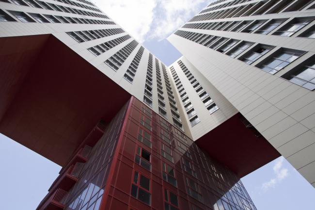 Жилой комплекс в Одинцово. Красная арка, прорезающая угол здания, внутри которой поставлен такой же красный жилой дом © АБ Остоженка