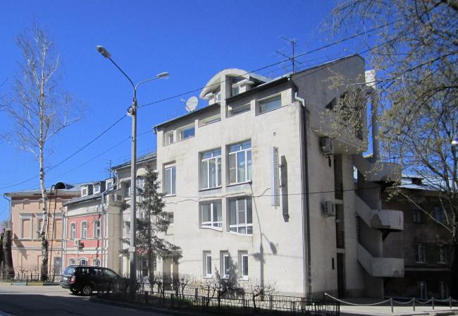 С этой постройки начинался дерзкий нижегородский постмодернизм 90-х. Архитекторы Юрий Болгов, Олег Шаганов. Юрий Болгов – герой «Путешествия по контекстам» в 2015.