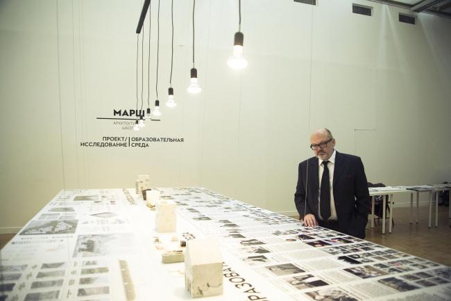 Оскар Мамлеев, куратор проекта «Исследование», на экспозиции проекта © Анна Берг
