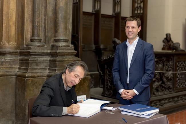 Сергей Чобан подписывает свою книгу для Сергея Кузнецова. Фотография © SPEECH