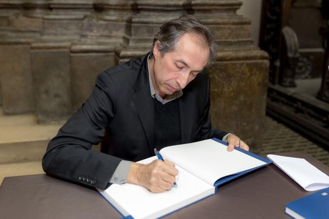 Сергей Чобан подписывает книги для читателей. Фотография © SPEECH