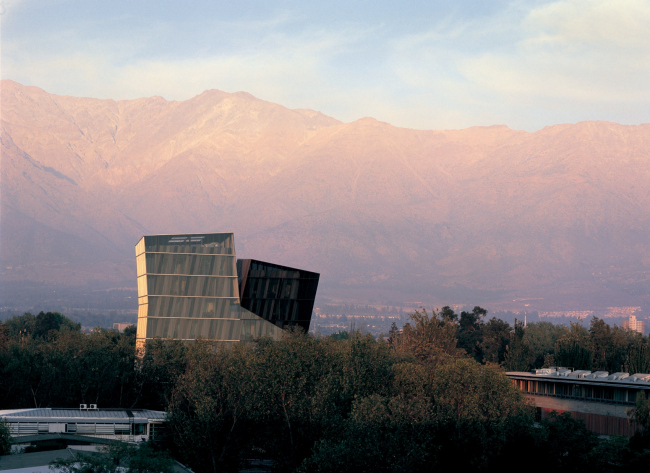 «Сиамские башни» Католического университета Чили. 2005 © Cristobal Palma