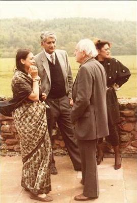 Заха Хадид на заднем плане. На первом – Чарльз Корреа и Питер Смитсон. Фото середины 1980-х годов.