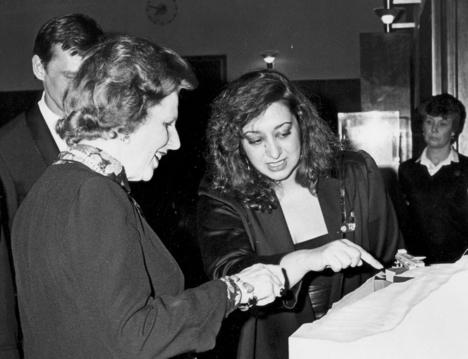 Заха Хадид показывает премьер-министру Великобритании Маргарет Тэтчер макет клуба The Peak в Гонконге. 1984