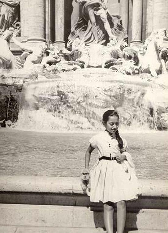 Юная Заха Хадид у фонтана Треви в Риме