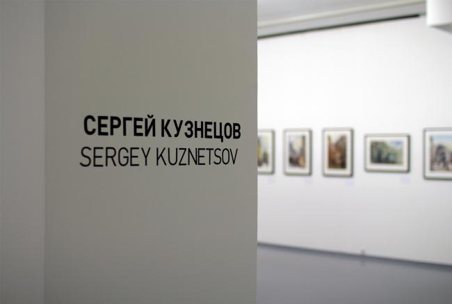 """Выставка """"Проект SPEECH"""", зал SPEECH-2, вход в экспозицию графики Сергея Кузнецова. Фотография © Юлия Тарабарина, Архи.ру"""