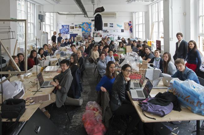 Первокурсники и тьюторы студии. Фотография © Валери Бенедетт