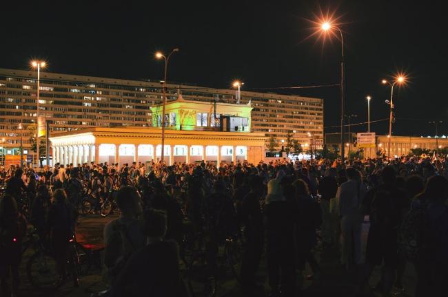 Участники «Велоночи» у станции метро «Динамо». 16-17 июля, Москва