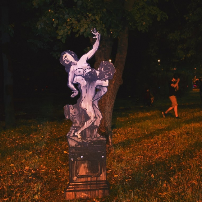Скульптура Александра Шишкина-Хокусая. Выставка галереи «Граунд Песчаная» на пересечении Новопесчаных улиц. Велоночь, 16-17 июля, Москва