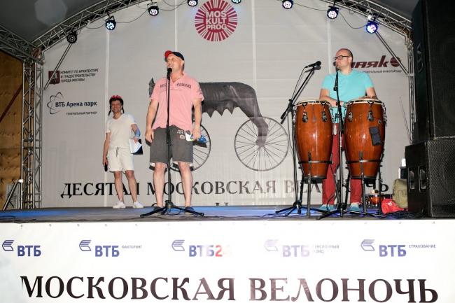 Актер Гоша Куценко и солист группы «Плюм-Бум» Алексей Карайчев приветствуют участников «Велоночи». 16-17 июля, Москва
